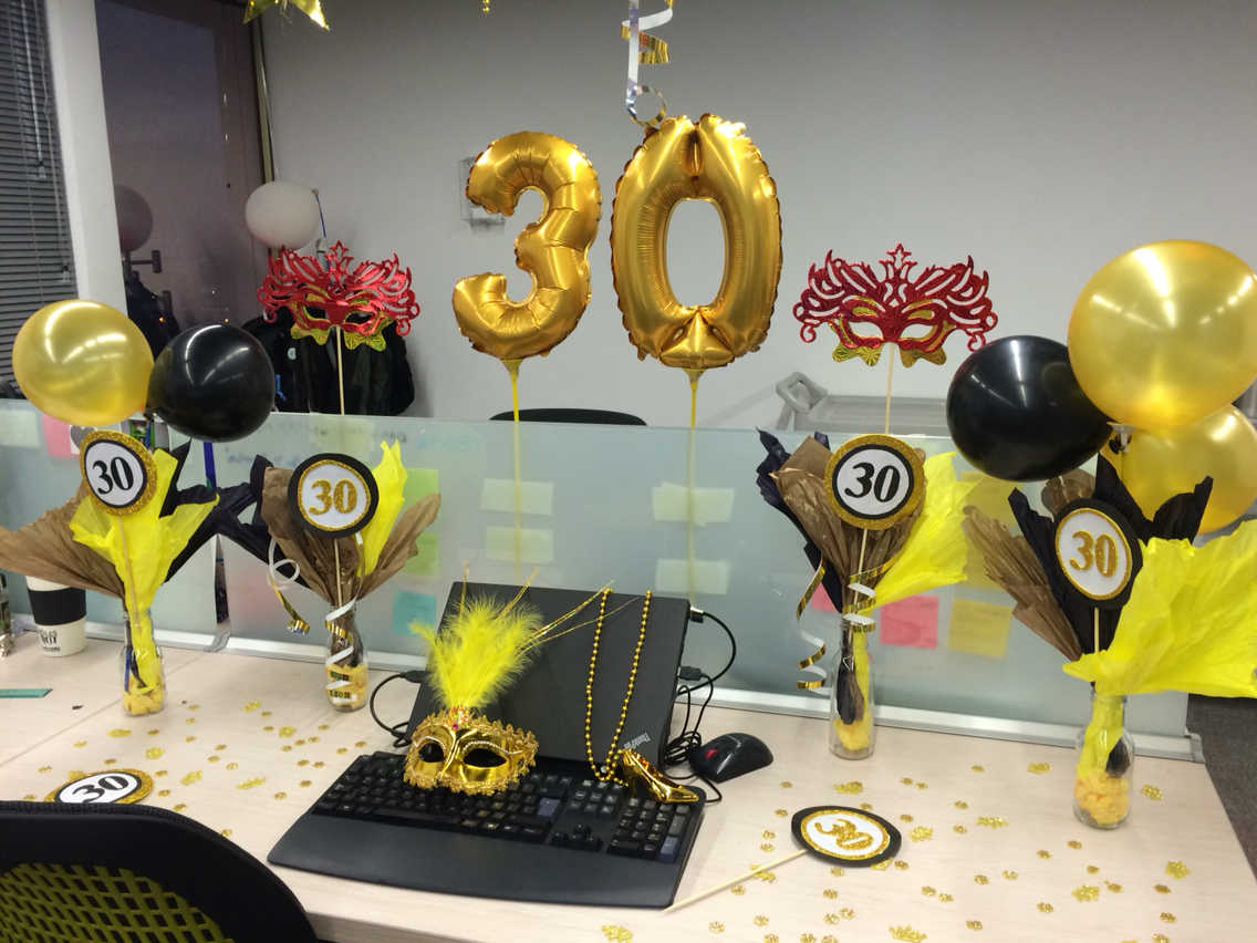 C mo festejar un cumplea os en la oficina blog argos for Como decorar mi escritorio de trabajo