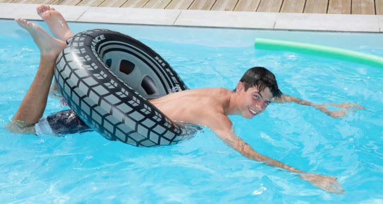 juegos en la piscina nadar