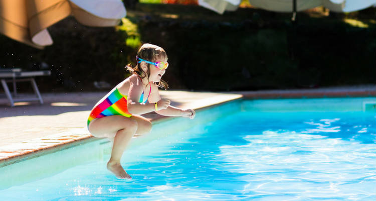 juegos en la piscina saltar