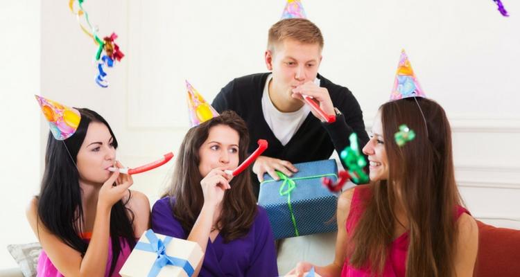 celebración de cumpleaños chica recibiendo regalos