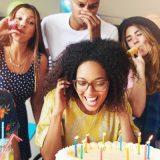 velas de cumpleaños amigos celebrando