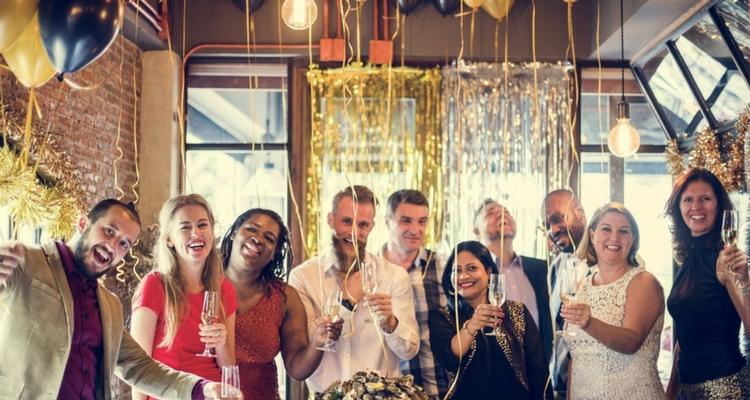 decoracion-con-globos-amigos-celebrando.jpg