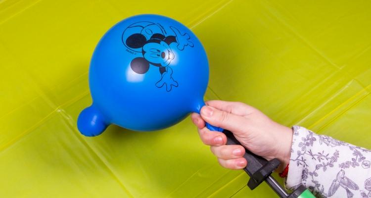 inflar un globo de cumpleaños paso 3