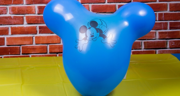 inflar un globo de cumpleaños paso 5